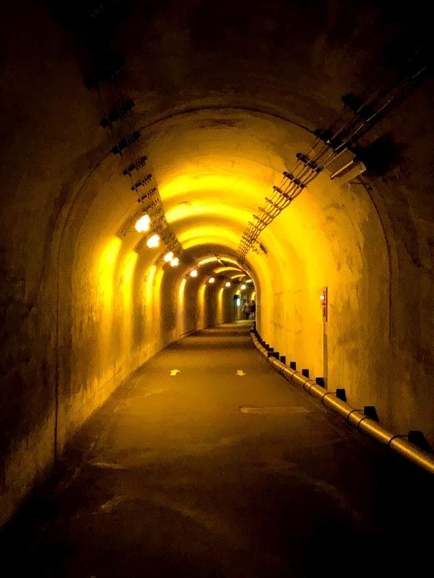 清津峡の光のトンネル(イエロー)
