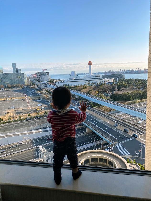 グランドニッコー東京台場から外を眺める子ども