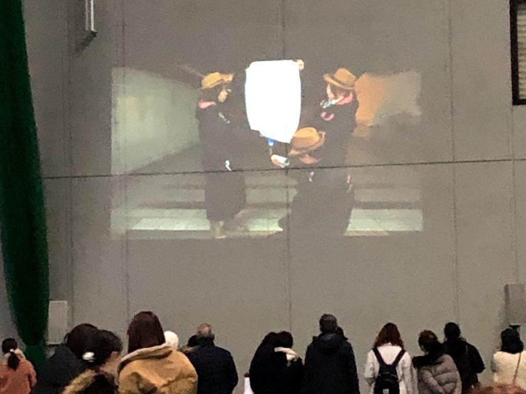 ランタンの説明動画を見る人々