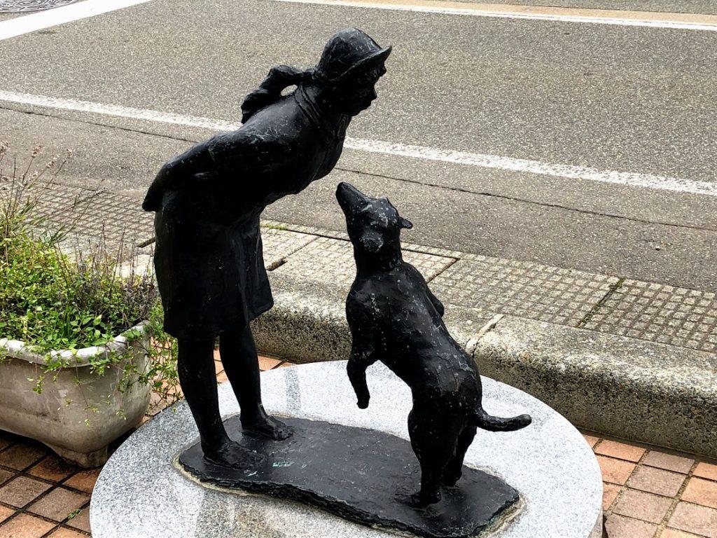 塩沢宿の犬と少女の像