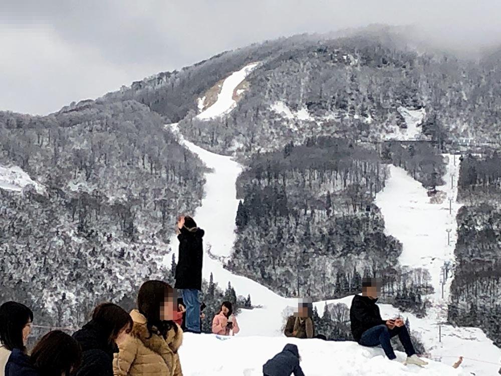 湯沢高原で雪遊びする人々