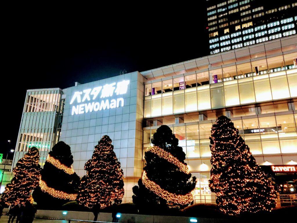 夜のバスタ新宿