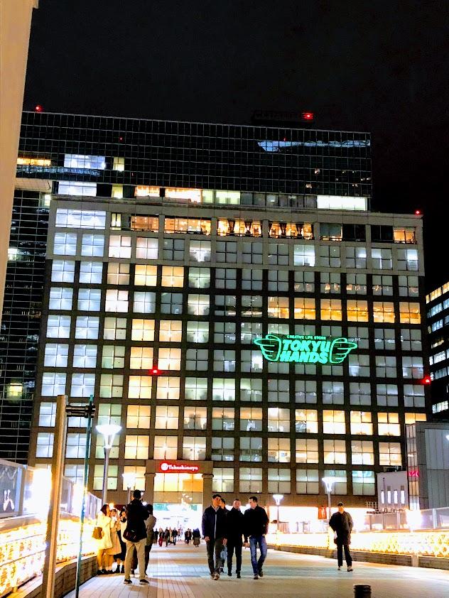 夜の新宿高島屋