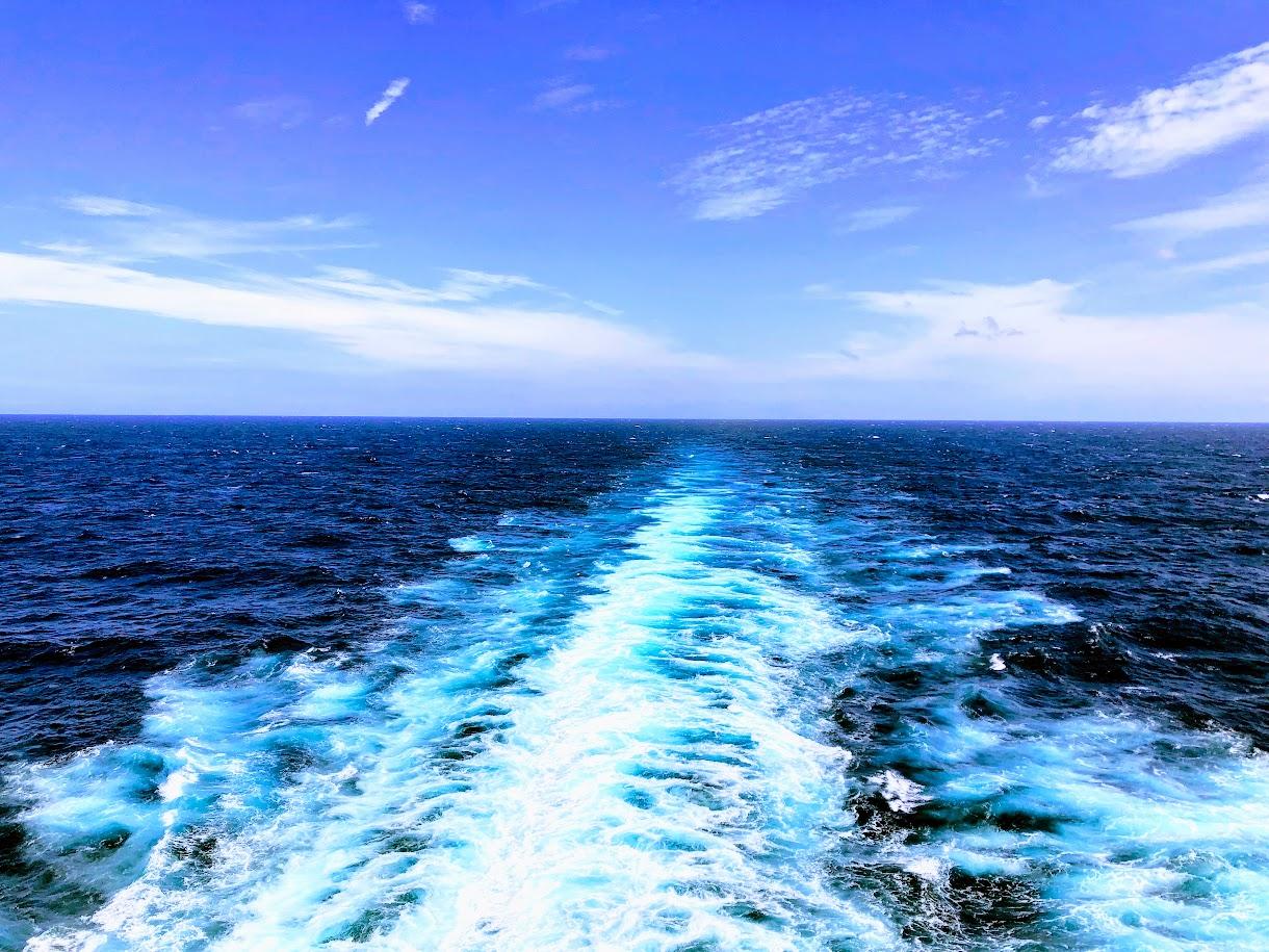 クルーズ船から眺める航跡