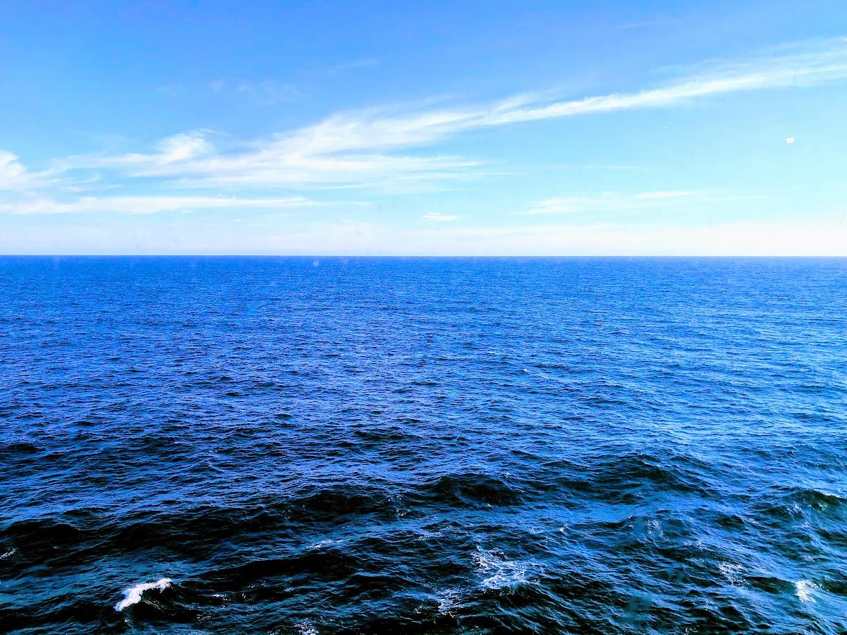 クルーズ船から眺める青い海原